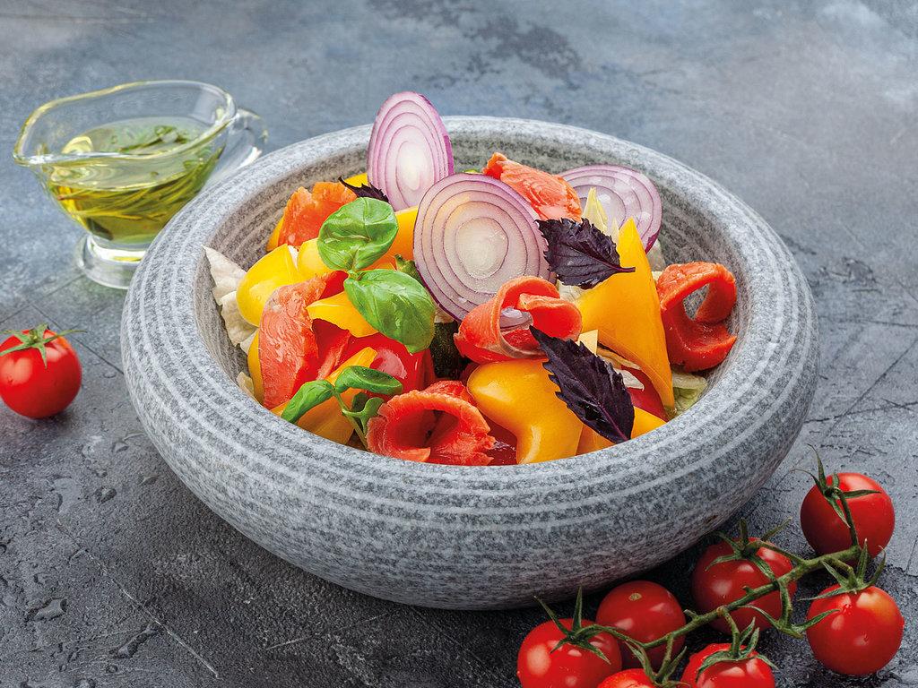 Салаты: Салат из свежих овощей с запечённым лососем в Рыба Агонь