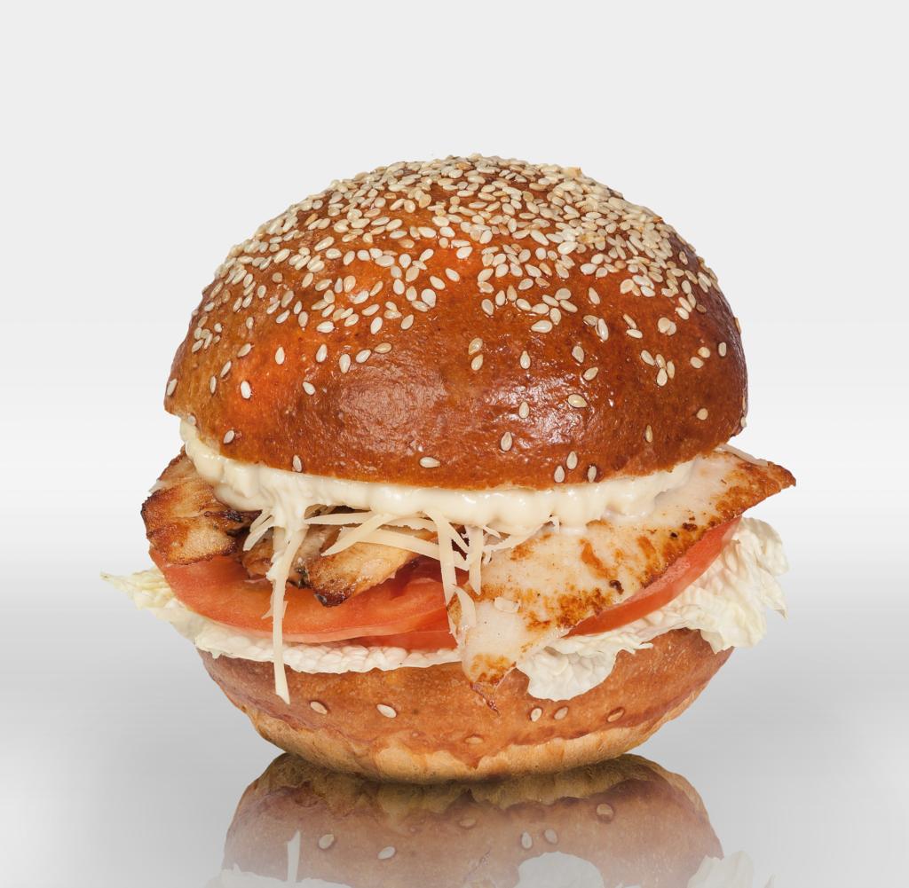 """Бургеры с нежной куриной грудкой: Бургер """"Цезарь"""" в The Угли"""
