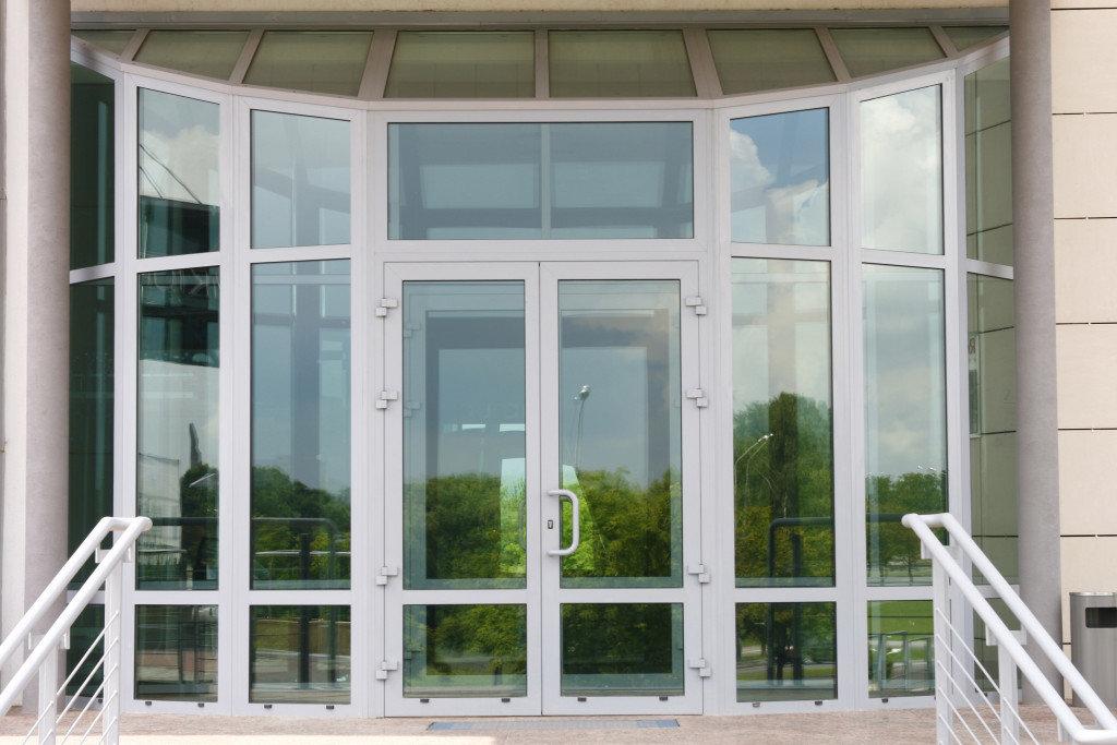 Установка алюминиевых дверей в Галерея, ООО