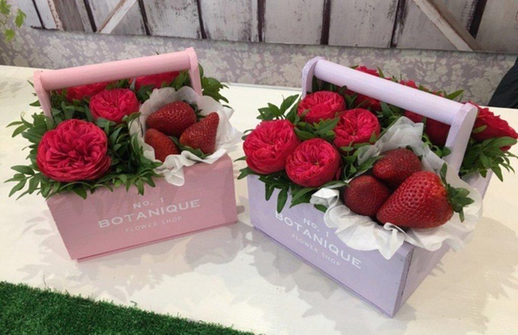 """Botanique CANDY: """"Botanique candy""""🍬 Цветы+сладости (Розы Пионовидные+Ягоды) в Botanique №1,ЭКСКЛЮЗИВНЫЕ БУКЕТЫ"""