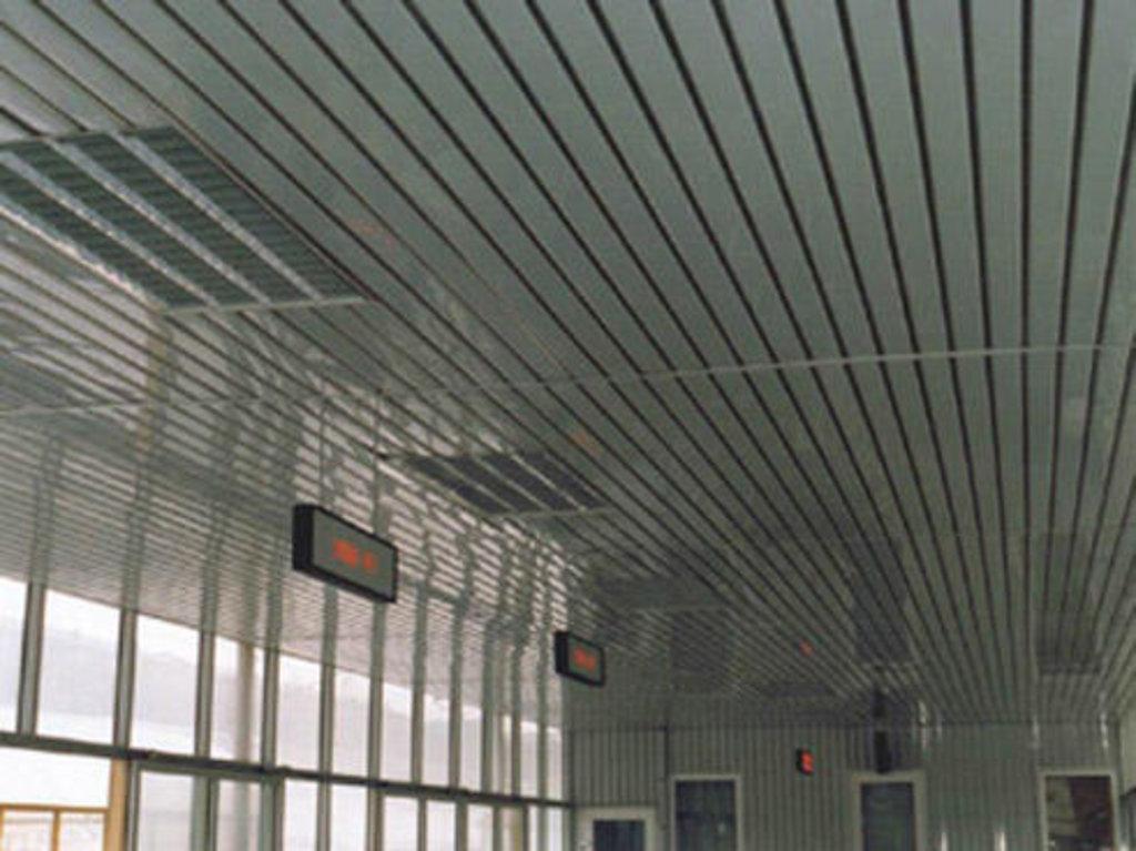 Реечные потолки: Реечный потолок открытого типа AN135A суперхром А741 в Мир Потолков